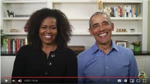 Michelle in schwarzem Oberteil und Barack in blauem Hemd lachen in die Kamera nachdem sie das Buch vorgelesen haben