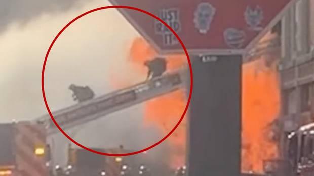 Feuerwehrleute fliehen vor einer Explosion bei einem Großbrand in Los Angeles.
