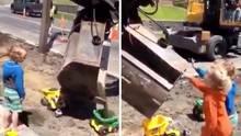 Ein großer Bagger hilft zwei Kindern beim Buddeln