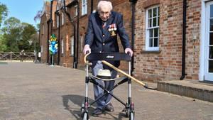 TomMoore geht mit seinem Rollator eine Weg entlang