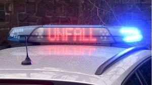 """Die Leuchtschrift """"Unfall"""" ist auf dem Dach eines Streifenwagens der Polizei zu sehen"""