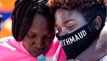 TrauerumAhmaud Arbery: Die Schwester des Getöteten,Jasmine Arbery(r.) und seine Mutter Wanda Cooper-Jones