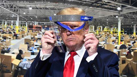 US-Präsident Donald Trumpschaut während eines Rundgangs im Ford-Werk in Ypsilanti durch ein Gesichtsvisier von Ford