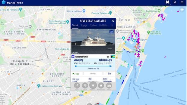 """Das Kreuzfahrtterminal im Hafen von Barcelona hat die """"Seven Seas Navigator"""" am Himmelfahrtstag erreicht. Dort liegt das Schiff vor der viel größeren """"Norwegian Breakaway"""""""