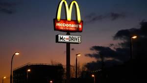 Weil die Filialen für Gäste geschlossen bleiben mussten, setzte McDonald's vermehrt auf McDrive.