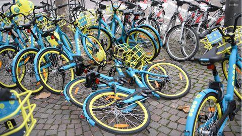 """Leih-Fahrräder des Berliner Start-Ups """"byke"""" und der Bahn-Tochter Call-a-bike stehen in der Innenstadt"""