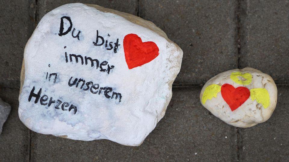Vor der Kita in Viersen haben Trauernde bemalte Steine abgelegt