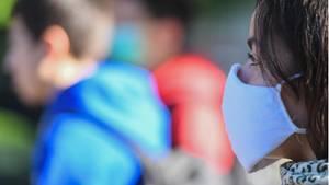 Eine Schülerin trägt eine Schutz gegen das Coronavirus