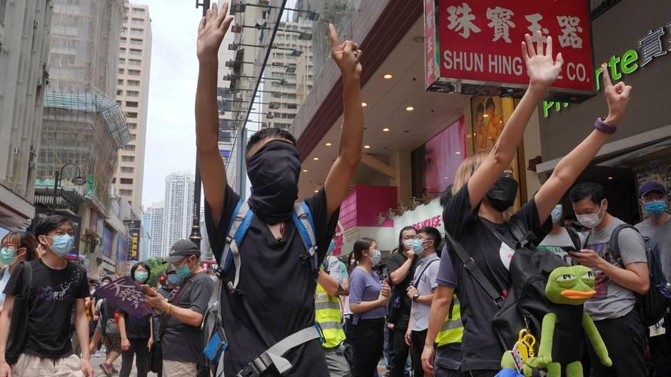 Tausende Menschen protestieren gegen das umstrittene Sicherheitsgesetz