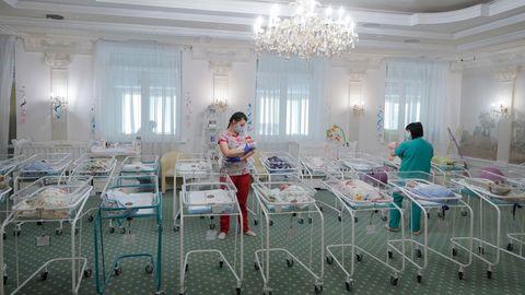 Pflegerinnen versorgen von Leihmüttern geborene Babys in einem Hotel in Kiew