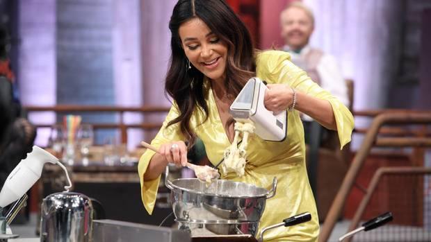 """Verona Pooth bereitet bei """"Grill den Henssler"""" Quarkbällchen zu."""