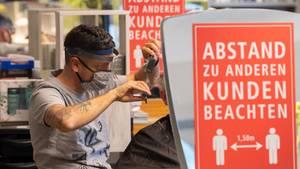 Haareschneiden in Coronazeitenin einem Friseursalon in Dresden