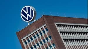 Das Logo von Volkswagen ist auf dem Dach des Markenhochhauses auf dem Werksgelände von VWzu sehen