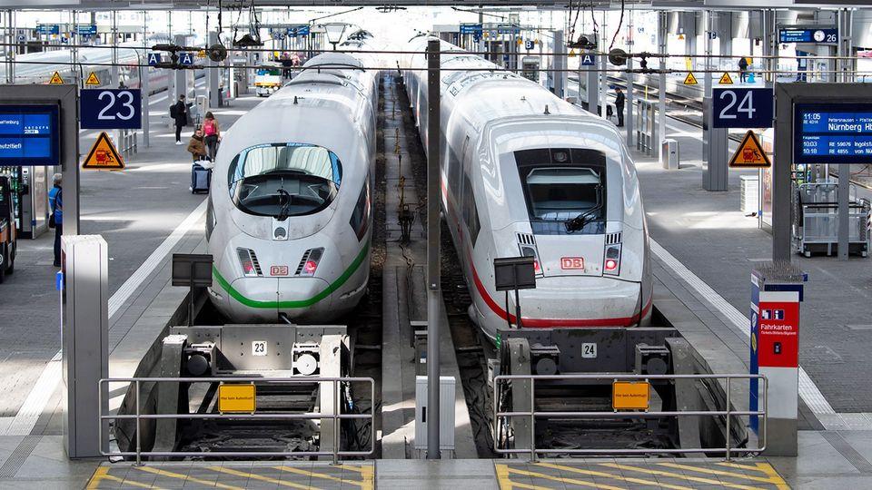 Nur wenige Fahrgäste warten im Münchner Hauptbahnhof auf einem Bahnsteig auf ihren Zug