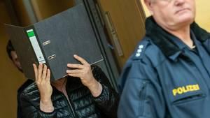 Ein wegen Missbrauchs von Kindern angeklagter Logopäde trifft zum Prozessbeginn im Sitzungssaal im Landgericht ein