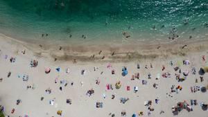 Griechenland, Athen: Der Blick auf Menschen die an einem öffentlichen Strand von Alimos