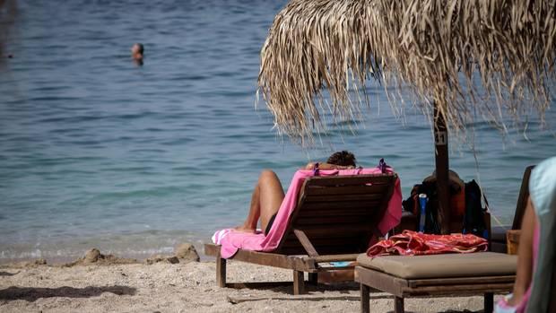 Am Strand liegen und die Sonne und das Meer genießen