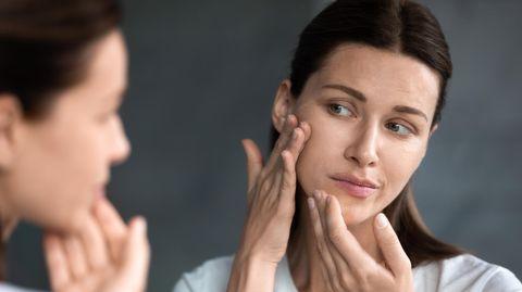 Trockene Haut im Gesicht führt zu einem Spannungsgefühl und schuppigen Hautpartien