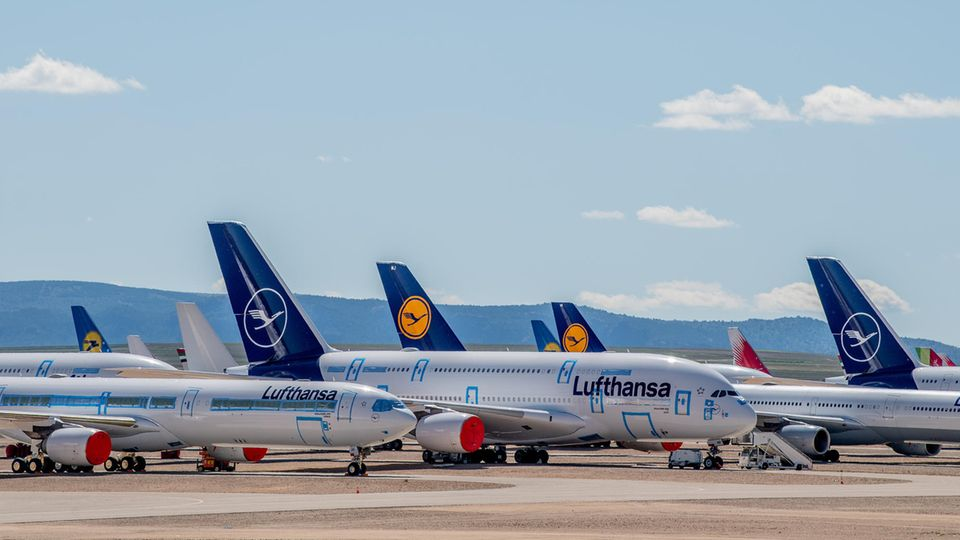 """Bild 1 von 12der Fotostrecke zum Klicken:  Abgestellt im trockenen Klima von Aragonien im spanischen Teruel: Allein sieben Airbus A380 von Lufthansa stehen hier """"vorübergehend"""""""