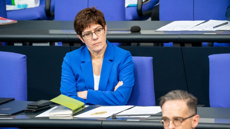 Annegret Kramp-Karrenbauer sitzt mit verschränkten Armen im Bundestag