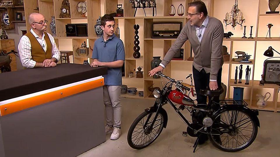 """""""Bares für Rares""""-Experte Detlev Kümmel (r.) untersucht das Fahrrad von Nicholas Grossi. Moderator Horst Lichter würde am liebsten damit davonfahren."""