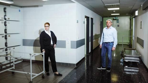 Saskia Etzold und Michael Tsokos in der Rechtsmedizin der Charité