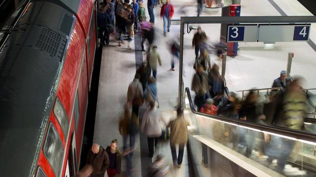 Pendler verlassen im Bahnhof Potsdamer Platz eine Regionalbahn