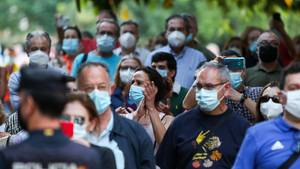 Menschen mit Mundschutzmasken in der spanischen Stadt Valencia