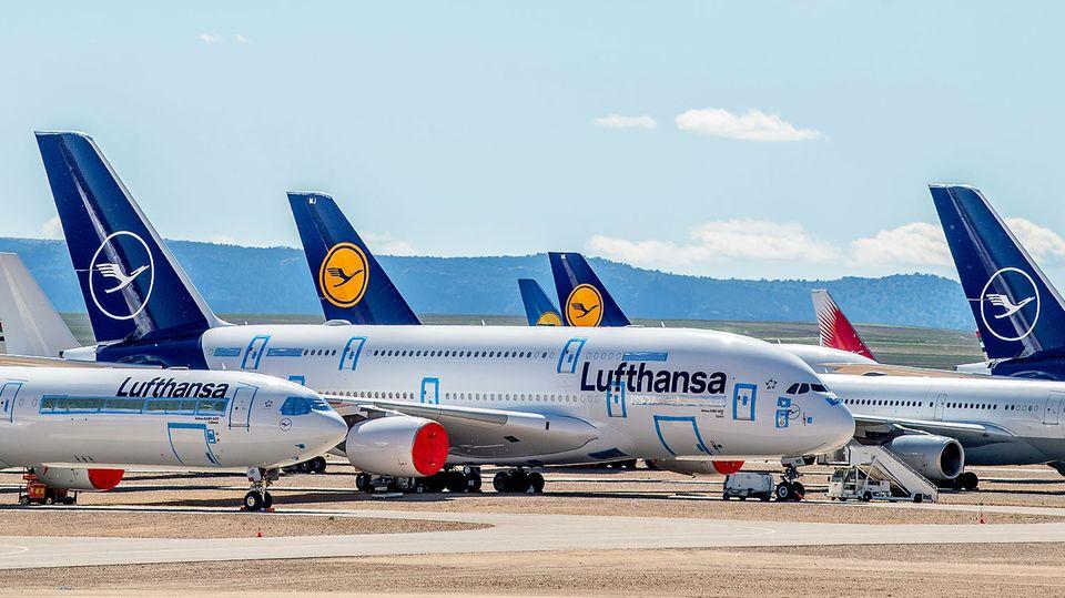 """Abgestellt im trockenen Klima von Aragonien im spanischen Teruel: Allein sieben Airbus A380 von Lufthansa stehen hier """"vorübergend"""""""