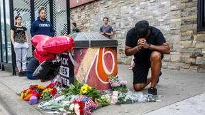 Ein Mann betet in der US-Stadt Minneapolis an der Stelle, wo der Polizeieinsatz stattfand