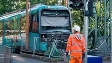 Frankfurt/Main, Deutschland.Ein Mitarbeiter der Verkehrsbetriebe steht vor einer schwer beschädigten U-Bahn. Die Bahn war an einer Endhaltestelle über einen Prellbock hinausgefahren, drei Menschen sind bei dem Zusammenprall leicht verletzt worden. Die Ursache für den Unfall ist laut Polizei noch unklar.