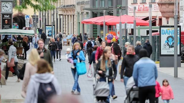 Die Menschen gehen wieder raus, wie hier in einer Fußgängerzone in der Leipziger Innenstadt