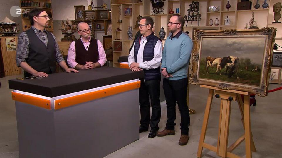 """""""Bares für Rares""""-Experte Colmar Schulte-Goltz und Moderator Horst Lichter begutachten das Kuhbild vonPaul Bremer und Michael Geuther."""