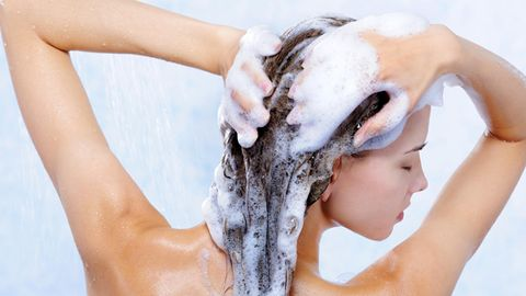 Stiftung Warentest hat mehrere Shampoos und verglichen - und die Discounter schlagen viele Markenprodukte.