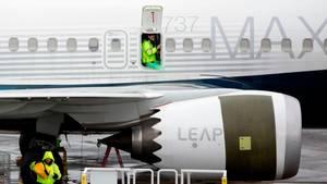 Mitarbeiter an einer Boeing 737 Max: Die FAA verlangt einen besseren Schutz bei der Verkabelung nahe der Triebwerke