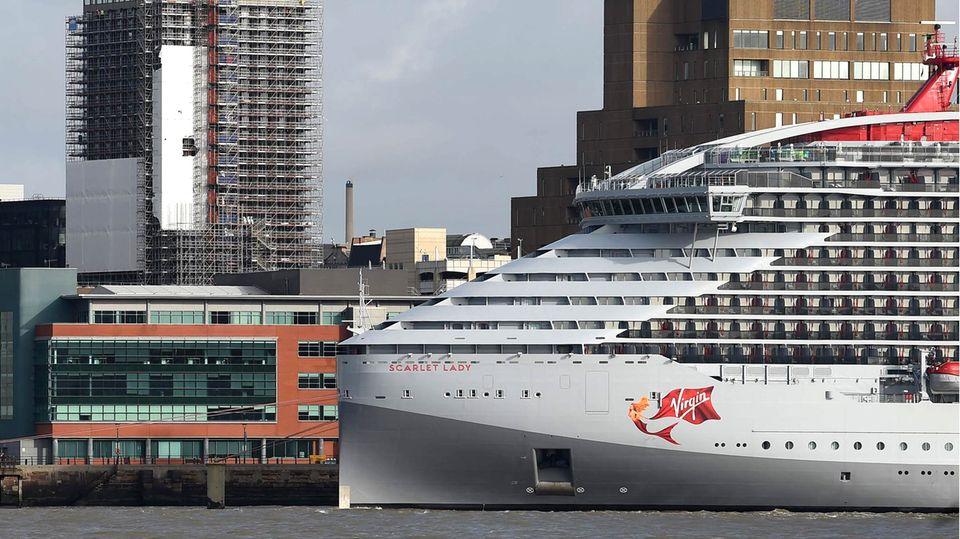 """Die """"Scarlet Lady"""" ist das erste Kreuzfahrtschiff von Virgin Voyages und wurde erst im Februar von derFincantieri-Werftin Italien an die Reederei ausgeliefert."""