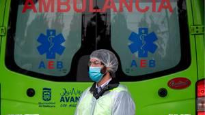 Ein Sanitäter wartet in der chilenischen Hauptstadt Santiago auf den Abtransport eines Corona-Patienten