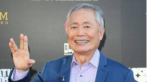 "George Takei sagt im September 2019 bei den 45. Saturn Awards im Avalon Theater in Los Angeles mit dem Vulkaniergruß seines ""Star Trek""-Kollegen Mr. Spock Hallo"