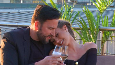 Michael Wendler und Laura Müller stoßen auf ihre Verlobung an