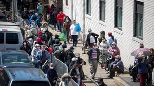New York: Menschen stehen Schlange vor einer Lebensmittelausgabe für Bedürftige im New Yorker Stadtteil Brooklyn.