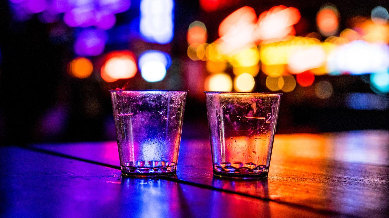 Das Ende einer Nacht: zwei leere Shotgläser in einer Bar auf der Reeperbahn