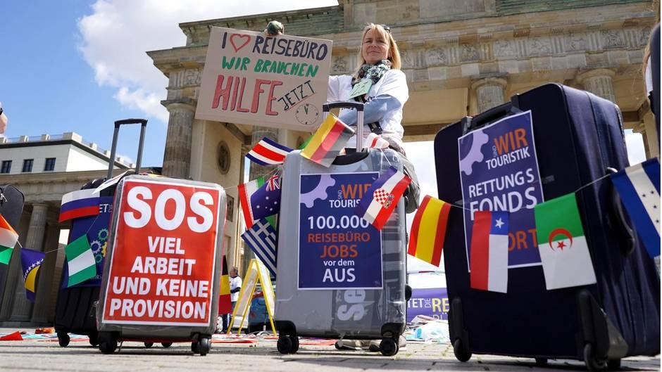 Demonstration von Reisebüromitarbeitern für staatliche Hilfen für Reisebüros vor dem Brandenburger Tor