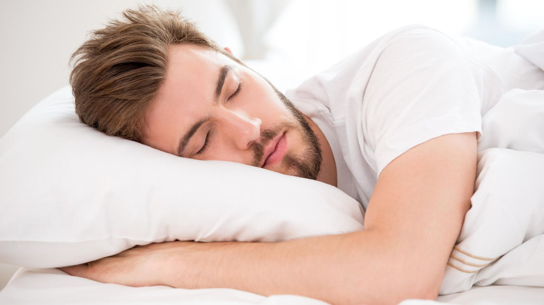 Ein Kissen unterstützt den gesunden Schlaf