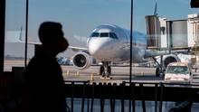 Während der Covid-19-Pandemie wartet ein Passagier auf einen Inlandsflug am internationalen Flughafen Santiago in Chile.
