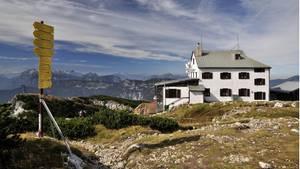 Das Stöhrhaus auf dem Gipfelplateau des Untersberges in denBerchtesgadener Alpen