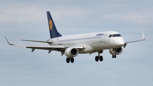Daserste Flugzeug im Linienflugverkehr der Lufthansa aus Frankfurt/Main landet auf dem Flughafen Heringsdorf. Wegen der Corona-Krise startet der Insel-Airport etwa zwei Monate später als geplant in die Saison.