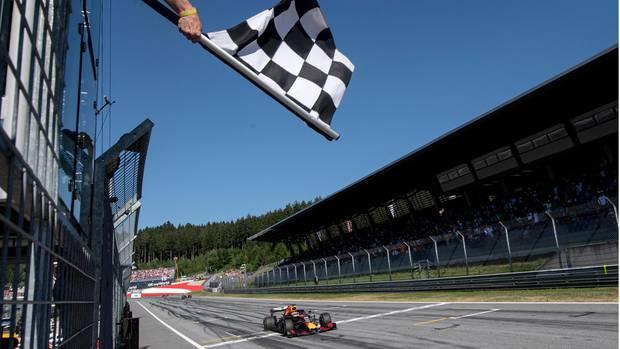 Max Verstappen rast im Juni 2019 über die Ziellinie und gewinnt das Heimrennen für Red Bull