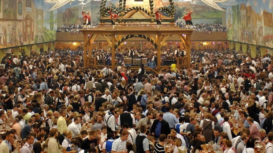 Ein Bierzelt auf dem Münchner Oktoberfest