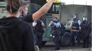 Polizisten in Minneapolis schießen Tränengasgranaten auf Demonstranten