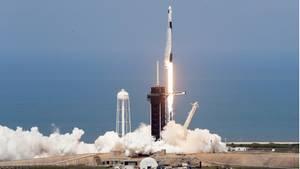 Eine SpaceX Falcon 9-Rakete mit den Nasa-Astronauten Hurley und Behnken hebt von der Startrampeim Kennedy Space Center ab